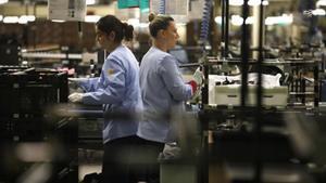 Dos trabajadoras durante su jornada laboral en la cadena de montaje de unaempresa española.