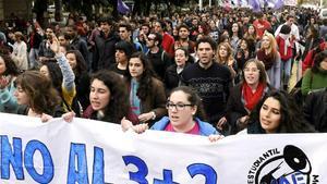 Manifestación de estudiantes convocada en Sevilla en protesta por la reducción de los grados a tres años más dos de máster, en marzo del 2015.