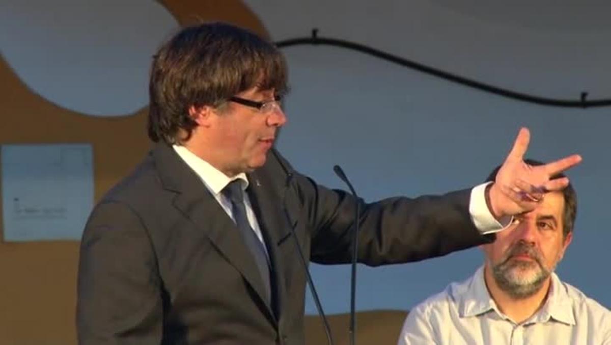 El 'president' Puigdemont y el líder de la ACN, Jordi Sànchez, en el acto a favor del referéndum de este viernes, en Sant Joan Despí.