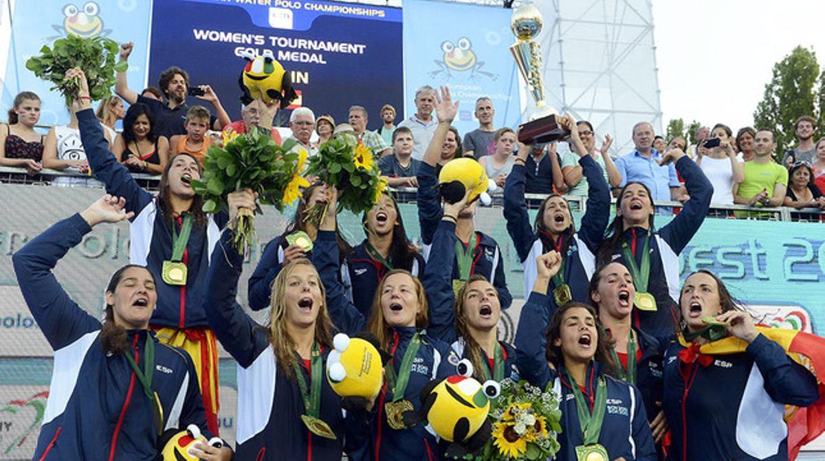 Las 'guerreras' posan con sus medallas de oro y el trofeo tras ganar el Europeo de waterpolo en Budapest.