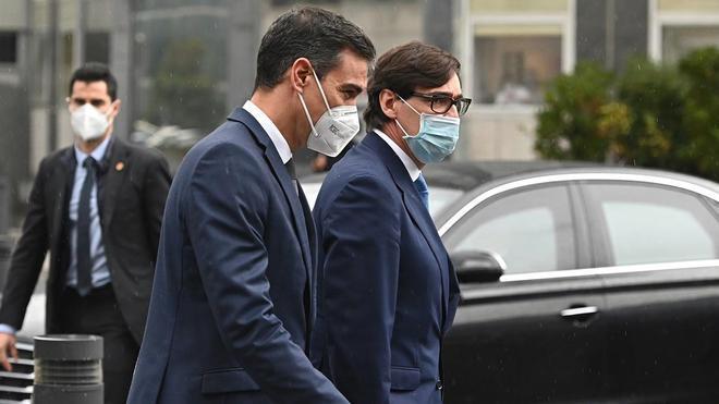 Sánchez e Illa son recibidos con abucheos a su llegada al Hospital de La Paz