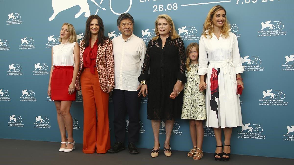 Koreeda, con las actrices de 'La verdad' (Binoche a su izquierda y Deneuve a su derecha), en Venecia, este miércoles.