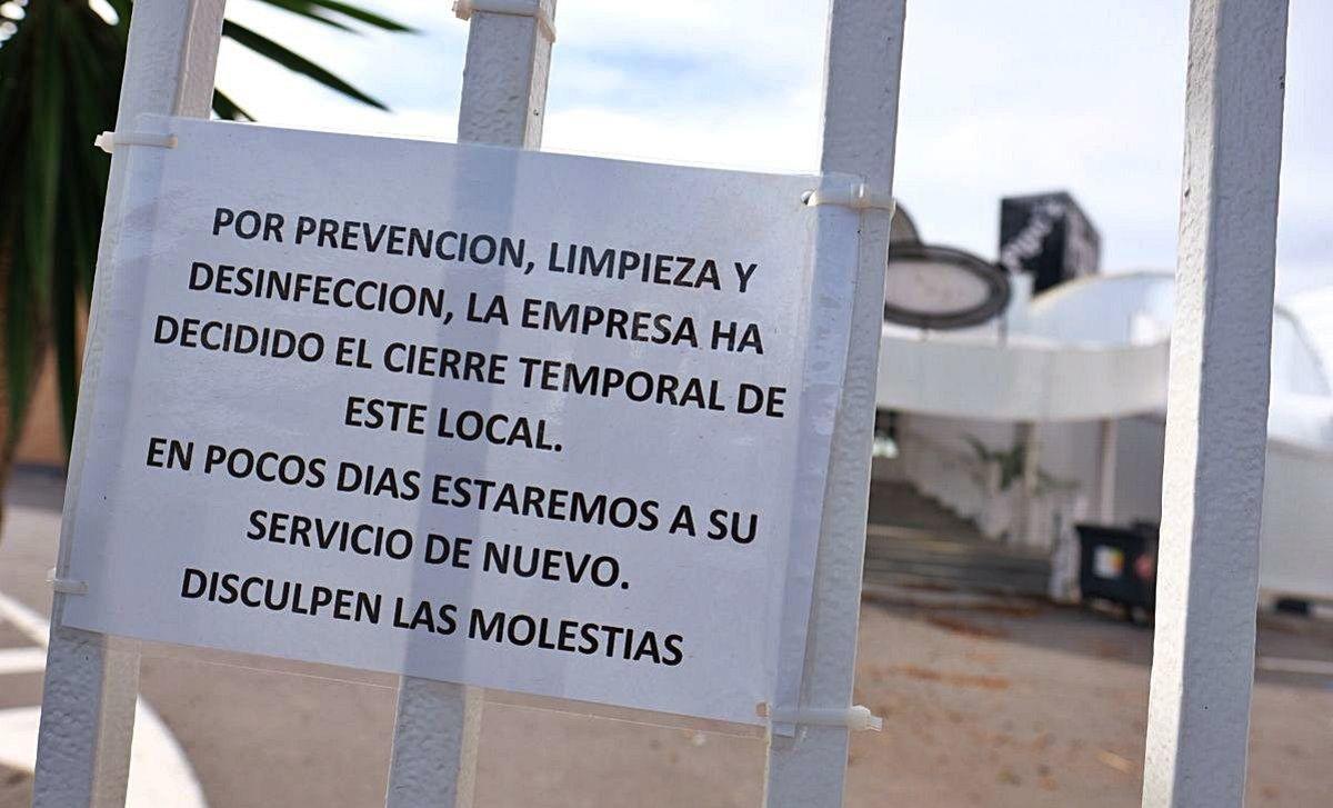Cartel dispuesto en el prostíbulo de Cox (Alicante) tras la detección de un brote de covid-19.
