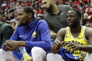 Kevin Durant y Draymond Green, juntos en el banquillo en el partido del jueves en Houston