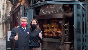 El candidato Joan Laporta y la restauradora Cristina Bofarull en la calle Escudellers.