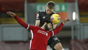 Salah y McTominay luchan por un balón.