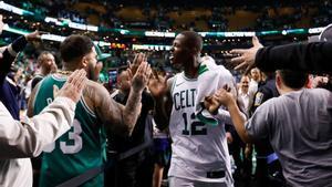 Terry Rozier celebra la clasificación de los Celtics.