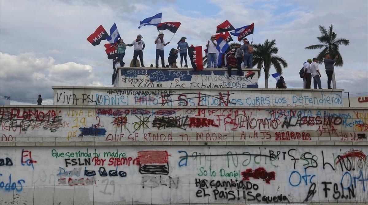 Simpatizantes sandinistas protestan durante una marcha en favor del Gobierno nicaragüense.