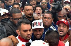 Dani Alves, rodeado de hinchas, a su llegada al aeropuerto de Congonhas, Sao Paulo.