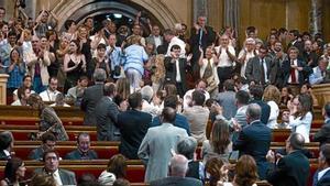 Alguns diputats (en primer terme) i desenes de simpatitzants de la causa antitaurina (al fons, drets) celebren el resultat de la votació, ahir.
