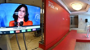 La presidenta madrileña, Isabel Díaz Ayuso, vista en una pantalla del hotel donde el candidato socialista, Ángel Gabilondo, siguió la noche electoral del 4-M.