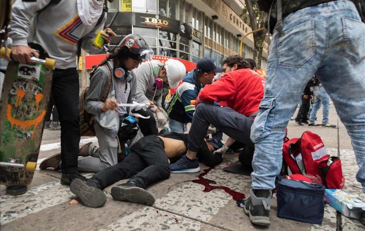 El estudiante Dilan Cruz, herido de muerte por la policía, en el momento de ser atendido en Bogotá.