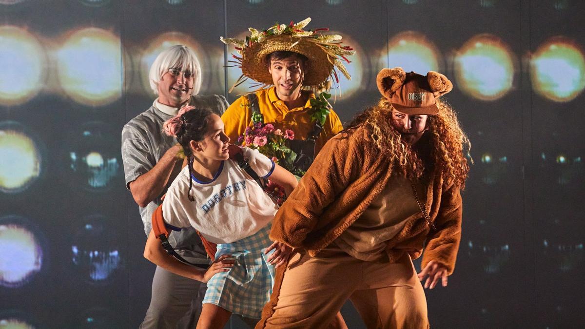 Dorothy, con sus amigos, R@b@t, el espantapájaros y la leona.