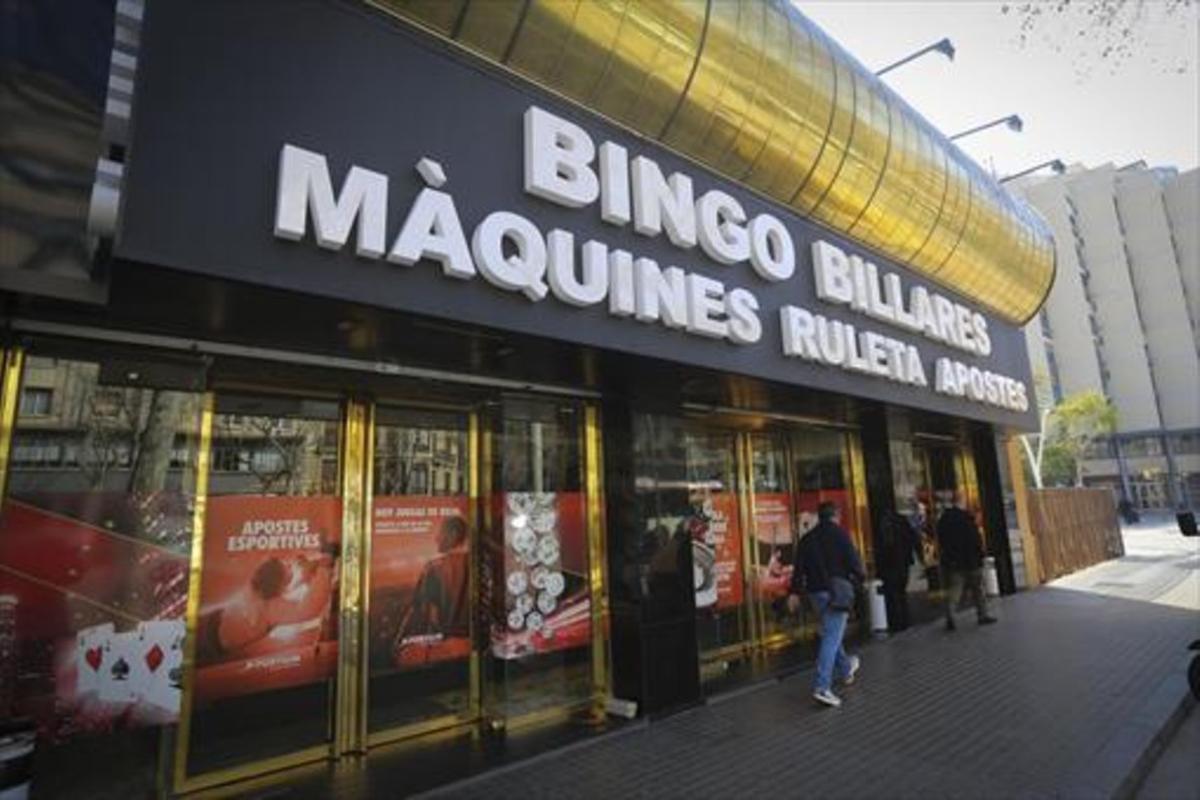 Fachada del Bingo Billares, en la Gran Via de Barcelona, esquina con la calle de Nàpols.