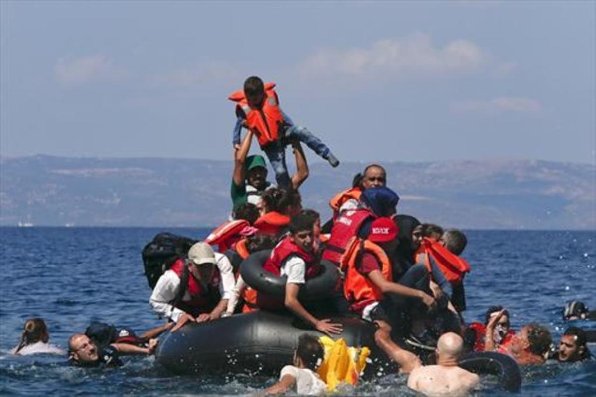 Un grupo de refugiados sirios y afganos intenta llegar a la isla griega de Lesbos.