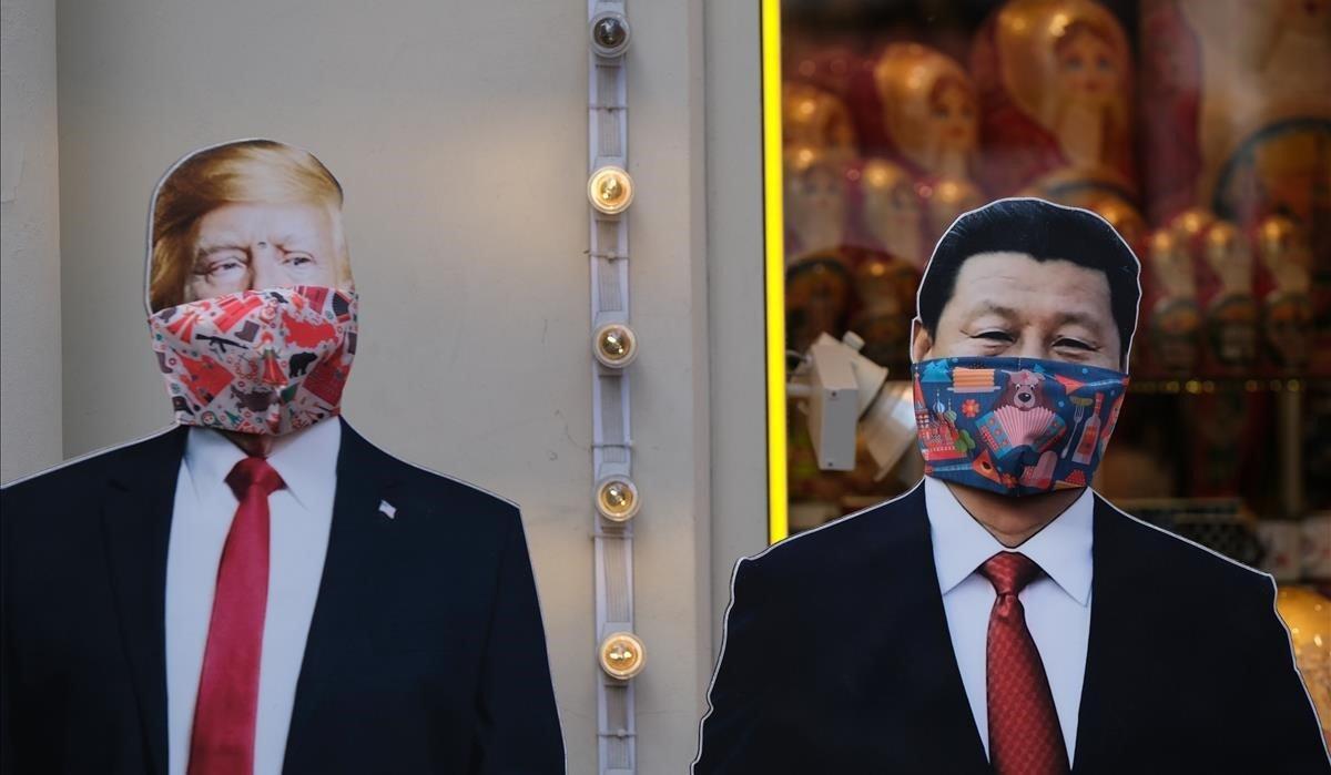 Dos figuras de cartón de Donald Trump y Xi Jinpingcon máscaras protectoras contra el coronavirus, en una tienda de obsequios de Moscú.