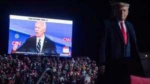 El presidente de EEUU, Donald Trump, observa un vídeo en el que aparece el candidato demócrata, Joe Bide, durante un mitin en Pensilvania el pasado martes.
