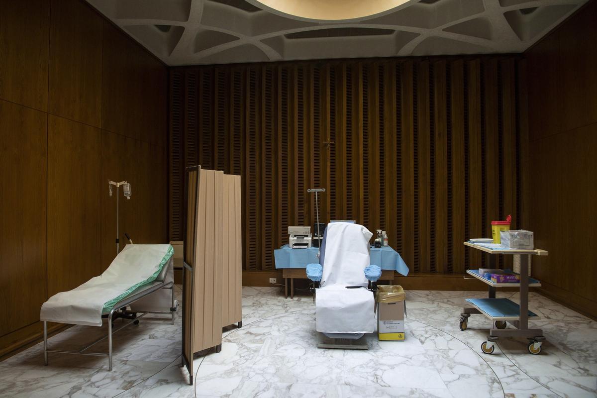 Fotografía cedida por Vatican Media de la sala donde el Papa Francisco ha sido vacunado contra el coronavirus.