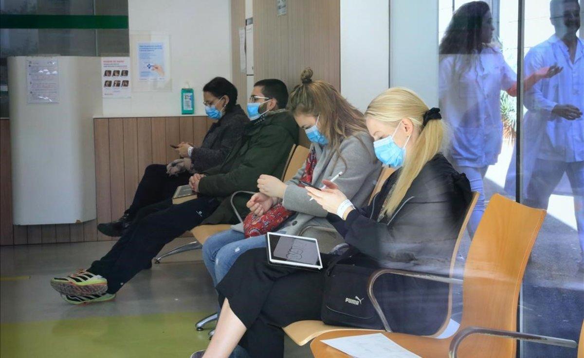 Pacientes con mascarillas ante el riesgo de coronavirus en las urgencias del Hospital Clínic de Barcelona.