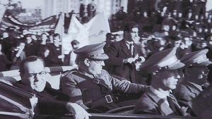 Agustí Centelles fotografíó a Robert Capa junto al coche en el que se desplazaba por barcelona el jefe de gobierno de la república, Juan Negrín, el 28 de octubre de 1938.