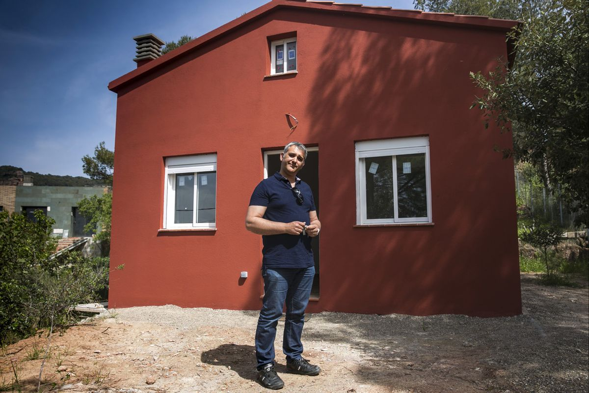 El propietario de la empresa Minicasas Barcelona, Agusti Gongora, con una de sus minicasas ya construida.