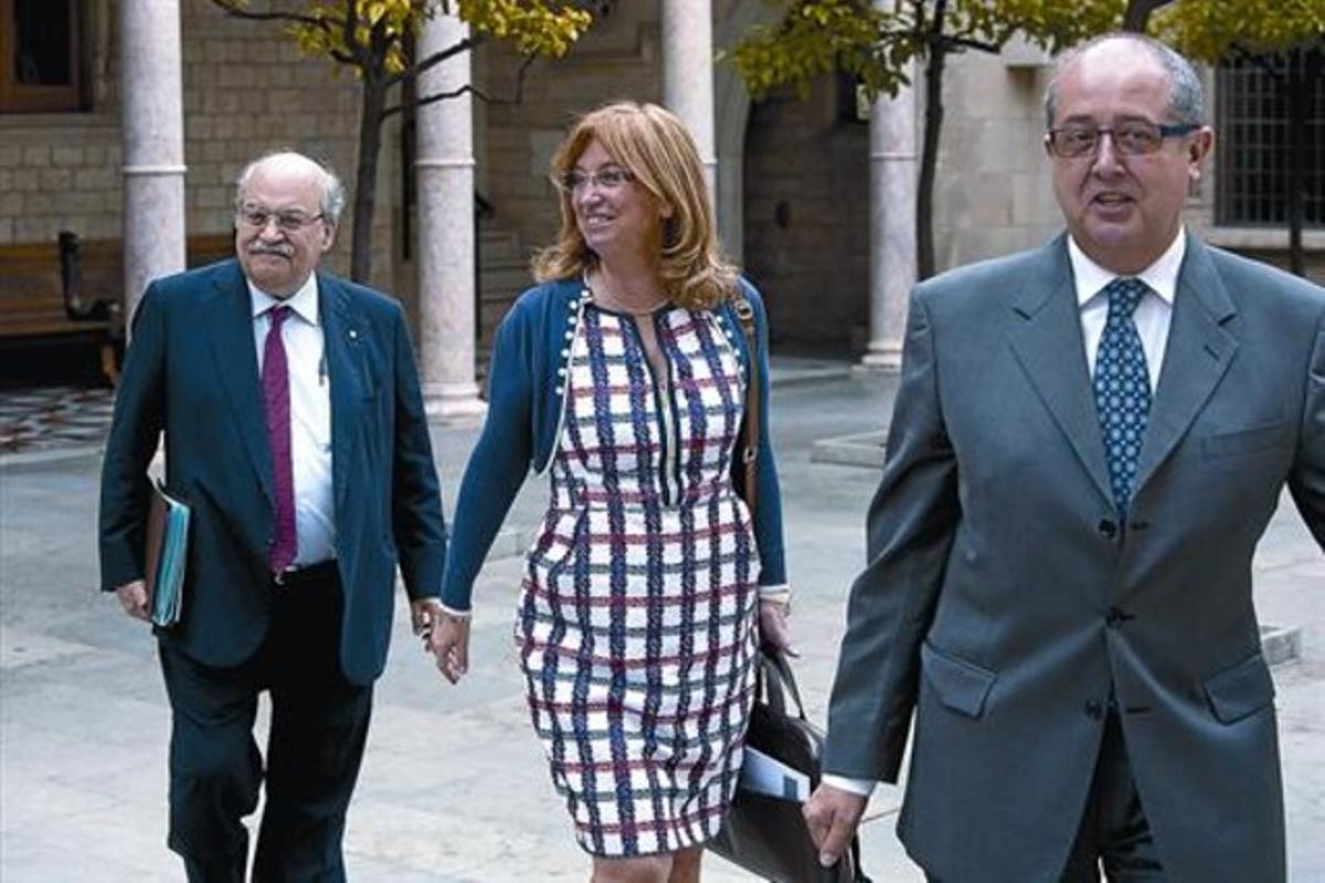 El 'conseller' de Economía, Andreu Mas-Colell, tras los 'consellers' Irene Rigau y Felip Puig, ayer entrando a la reunión del Govern.