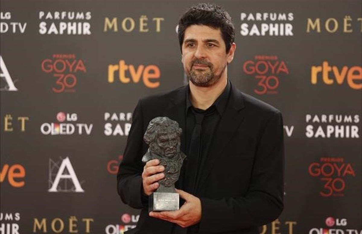 Cesc Gay, director de 'Truman'y gran triunfador de la noche de los Goya, muestra uno de los galardones.