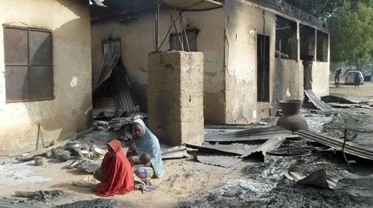 Una mujer vela el cadáverde su marido tras el ataque de Boko Haram en Dalori, en las afueras de Maiduguri, capital del estado de Borno, en Nigeria.