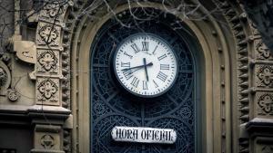 Reloj de la fachada del teatro Poliorama con la hora oficial.