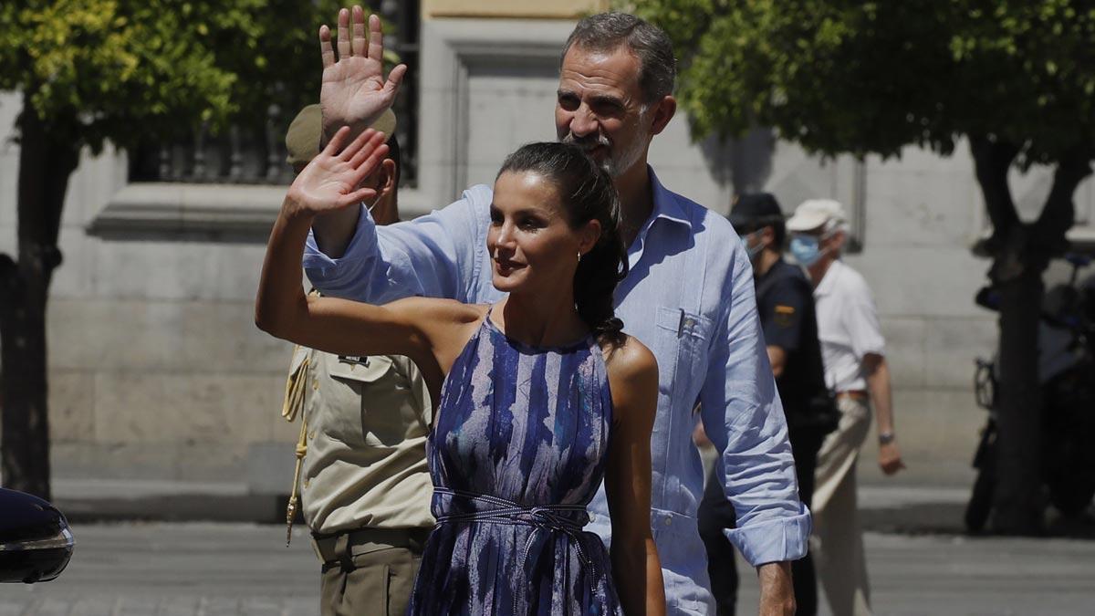 Los Reyes pasean por el centro de Sevilla.