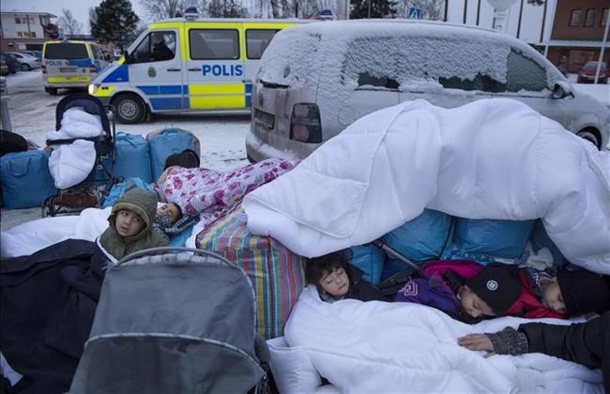 Niños refugiados sirios duermen a la intemperie en el exterior de una oficina de inmigración sueca en Marsta, en las afueras de Estocolmo, el 8 de enero.