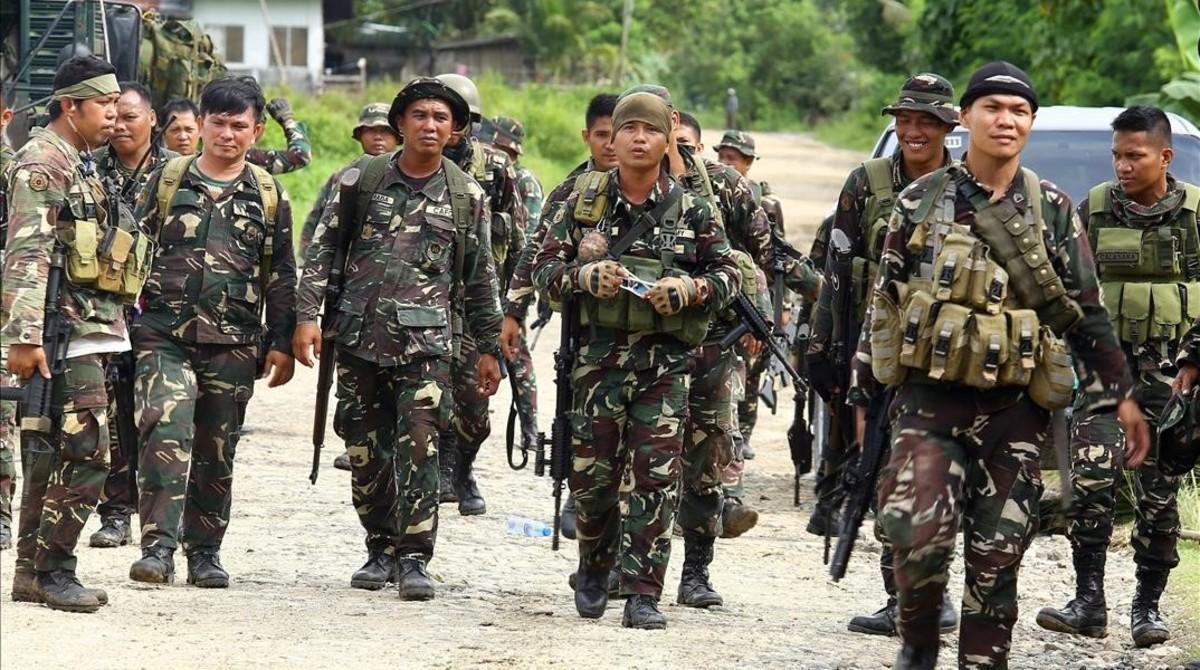 Soldados filipinos cerca de la ciudad de Marawi.