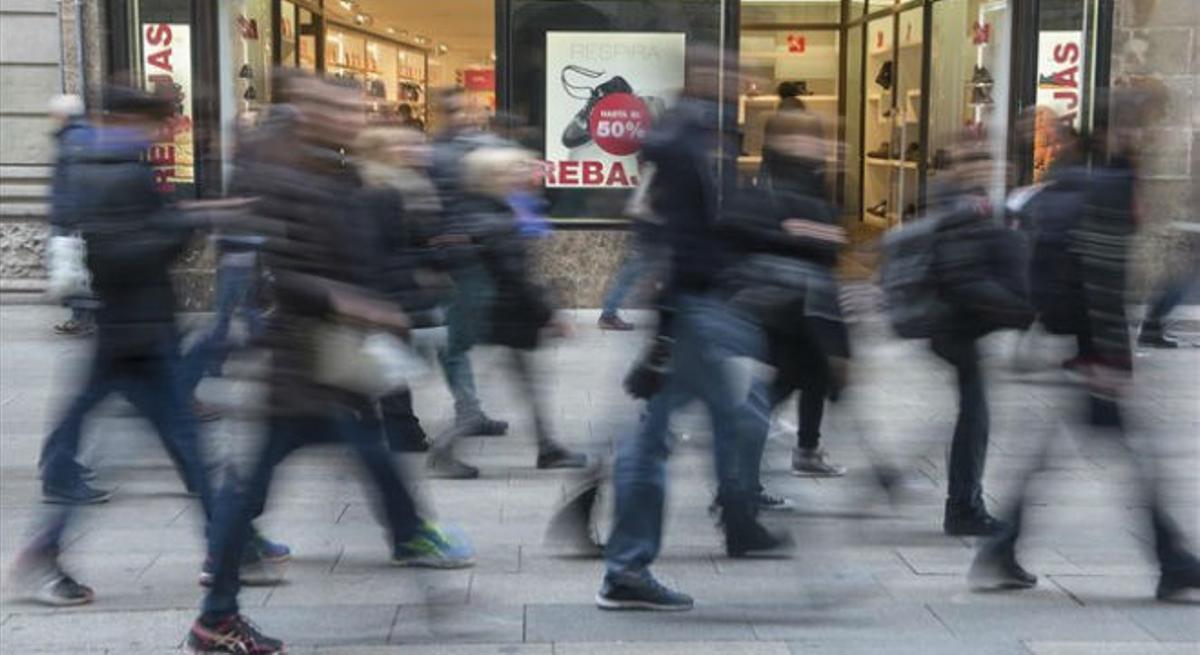 Comercios anuncian descuentos en el Portal de l'Àngel antes de las rebajas de enero.