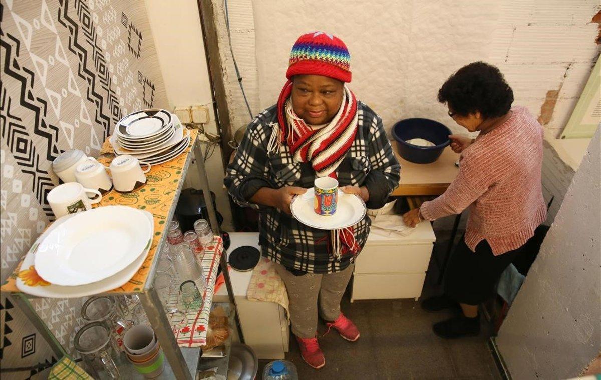 Dones grans, migrants, soles i al carrer