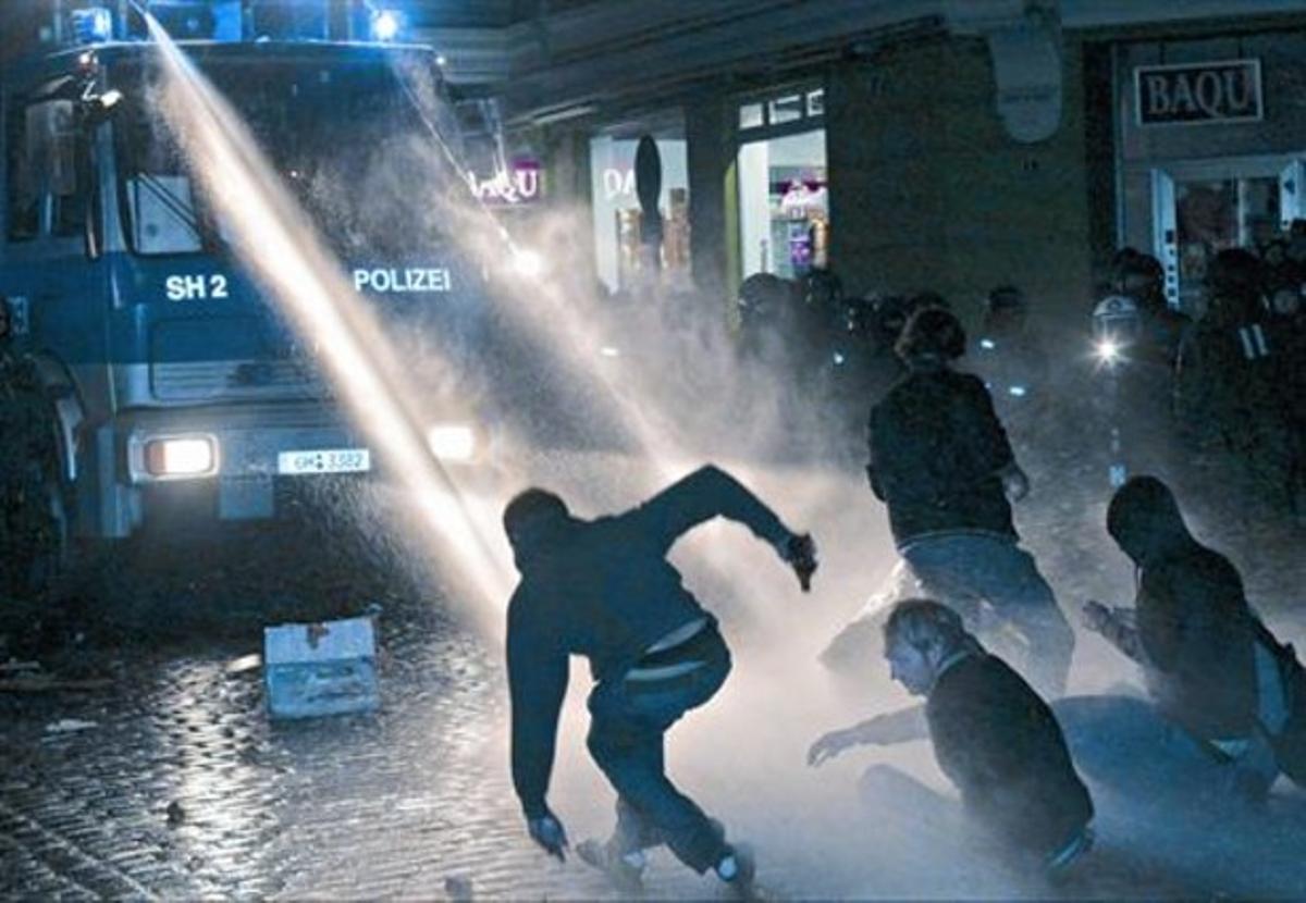La policía alemana carga con cañones de agua contra manifestantes en Hamburgo, en septiembre del 2009.