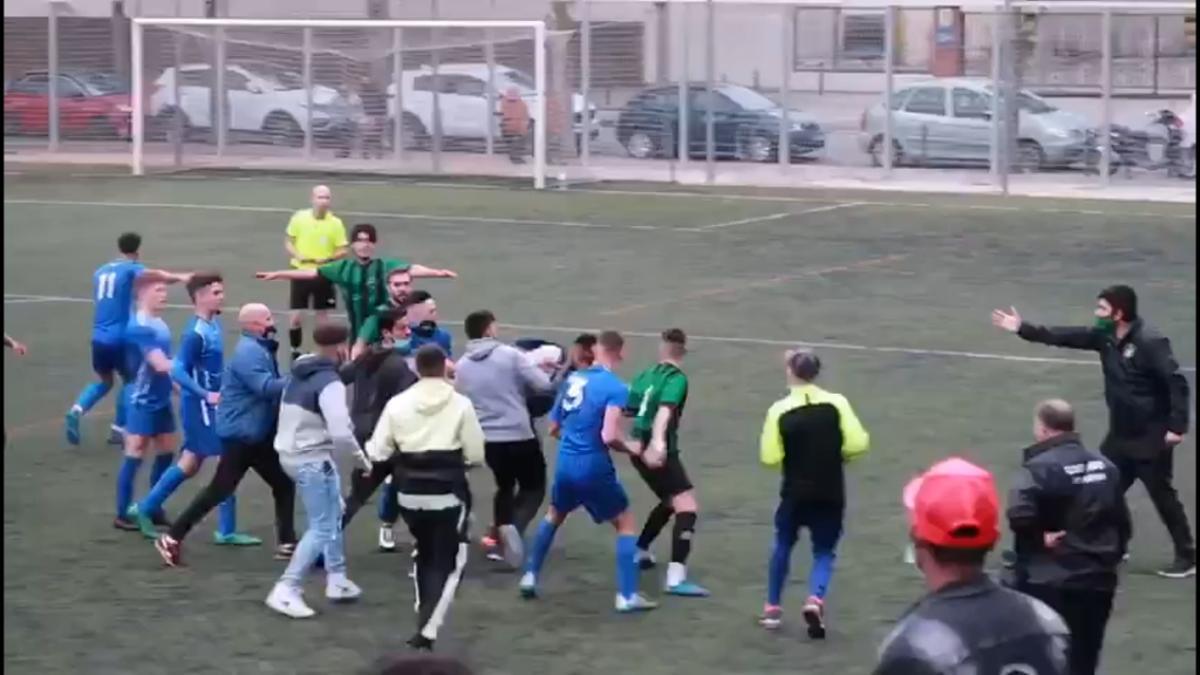 La pelea entre los dos equipos.