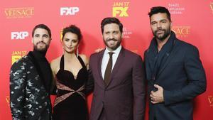 De izquierda a derecha: los actores Darren Criss, Penélope Cruz, Édgar Ramírez y Ricky Martin en lapremierede la serie celebrada este lunes en Hollywood.