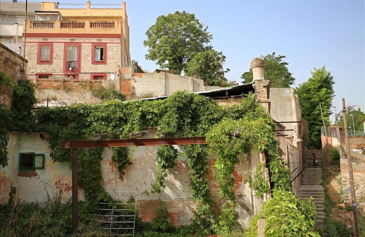 La Mangrana, en primer plano, a la entrada del empinado barrio de La Satalia.