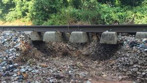 Tramo de la vía de tren de la R3 entre La Garriga y Les Franqueses afectado por un corrimiento de tierra.