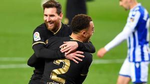 Messi se abraza con Dest tras uno de los goles del lateral.