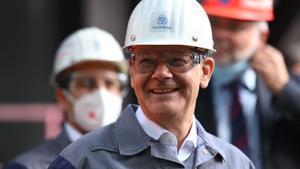 El ministro de Finanzas, vicecanciller y candidato del SPD a la cancillería, Olaf Scholz, sonríe durante una visita a una fábrica en Duisburg.