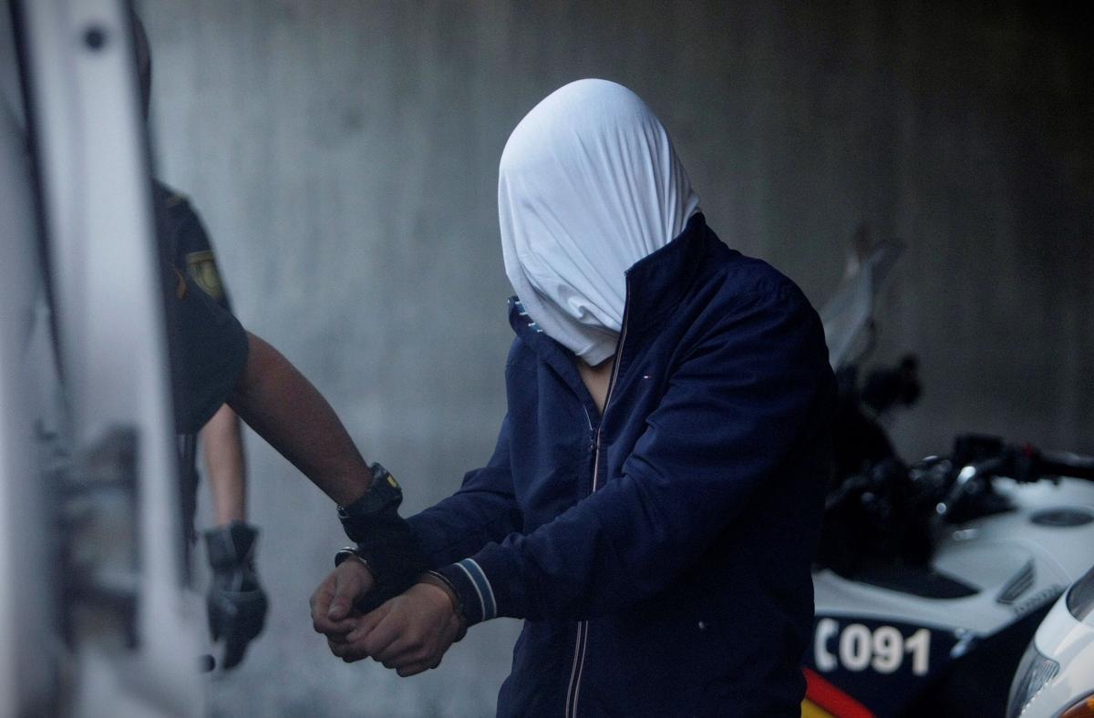 Agentes de la Guardia Civil conducen a uno de los cuatro detenidos por el homicidio de Samuel Luiz este viernes al interior de los juzgados de la Coruña.