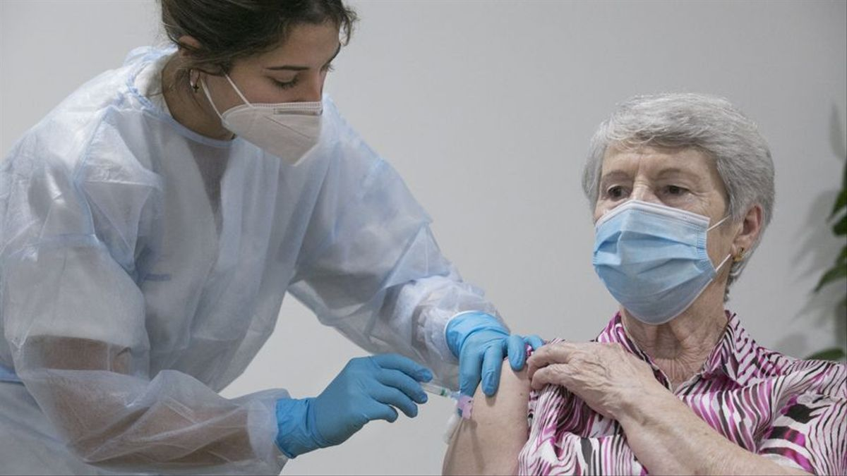 Una mujer recibe una vacuna.