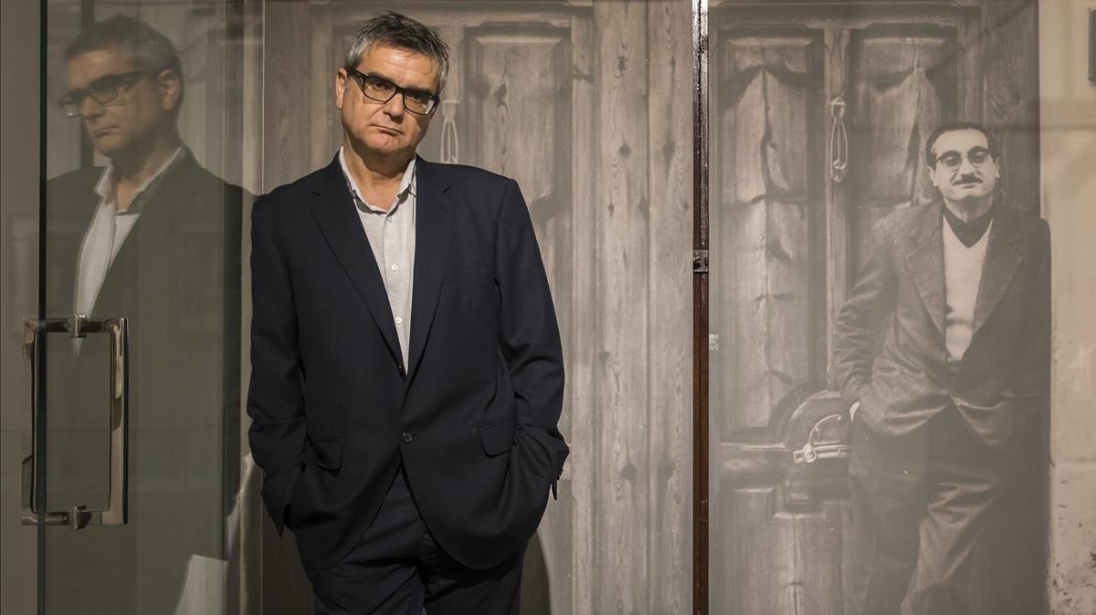 Francesc Bayarri, autor del libro 'Matar Joan Fuster', en la casa del escritor, donde sufrió el atentado en 1981