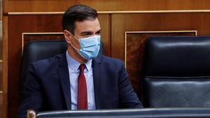 El presidente del Gobierno, con mascarilla, en el Congreso.