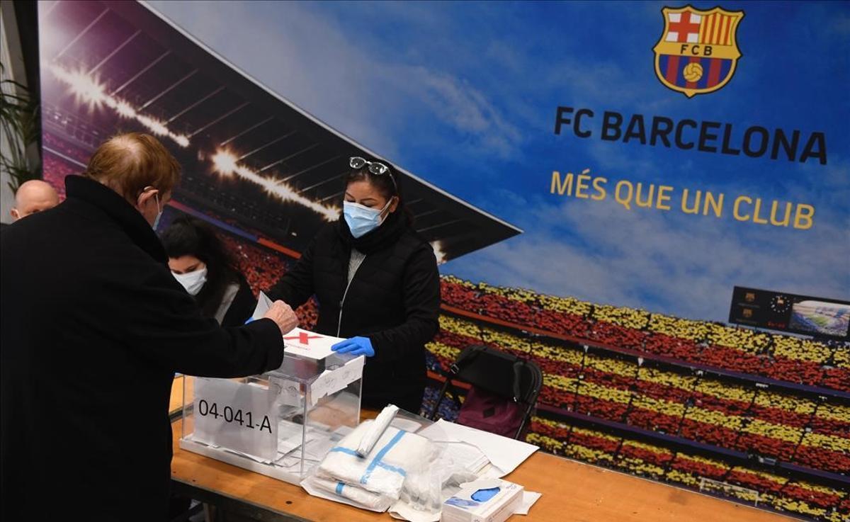 Votación durante la jornada electoral del 14-F en el Camp Nou.