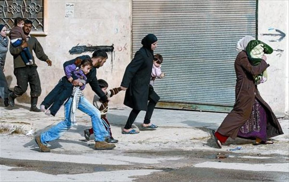 Huida 8 Ciudadanos de Idleb, al noroeste de Siria, escapan a la carrera de los ataques de las fuerzas del Gobierno sirio, ayer.