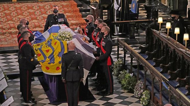 La reina Isabel II, en la Capilla de St George durante el funeral del duque de Edimburgo.