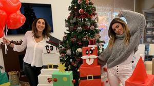 Paz Padilla, con su hija Ana, en su casa, rodeada de regalos de los Reyes Magos.
