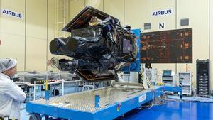 El satelite SEOSAT-Ingenio, empaquetado en los laboratorios de Airbus en Madrid.